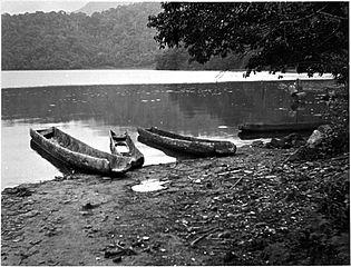 315px-Sun-Moon_Lake_Thao_canoe_by_Torii_n7570