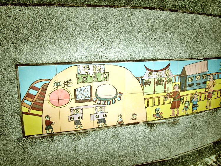 吉貝耍部落的牆上鑲嵌了小朋友的西拉雅族傳統故事彩繪,讓文化的傳承往下扎根。