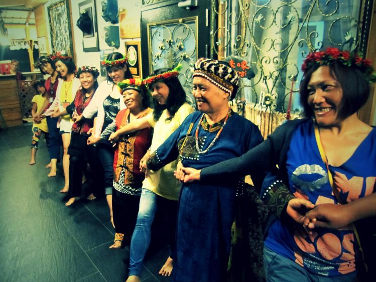 接待家庭的媽媽們會以魯凱族傳統舞蹈迎接客人,並為之戴上花環,稍後亦以一桌桌傳統食物的宴席招待,今後大家便是家人了!