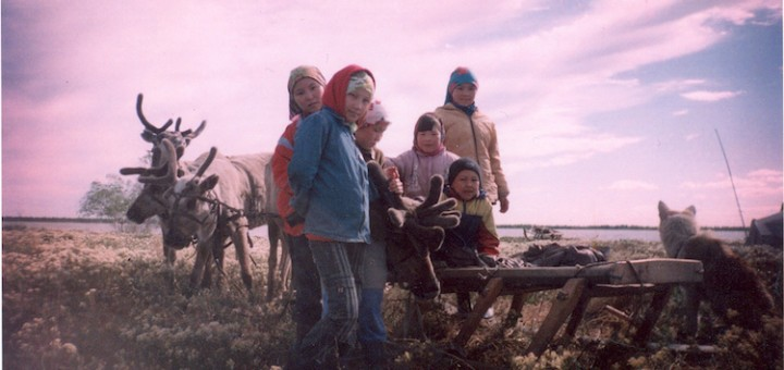 Khanty_children_in_front_of_a_reindeer_sledge