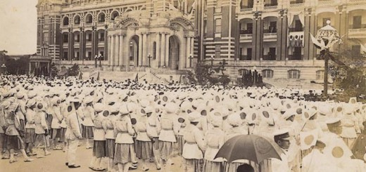 1923年臺北小學生於日本皇太子裕仁訪問臺灣時群集總督府前_Students_gathered_in_front_of_the_Governor-General's_Office_as_Japanese_Crown_Prince_Hirohito_visited_Taipei,_TAIWAN
